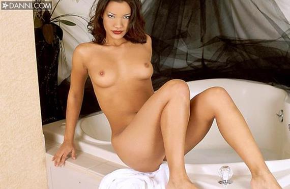 mulher nua lavando a buceta