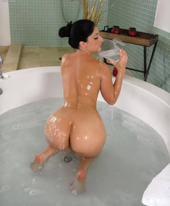 mulher gostosa pelada na banheira