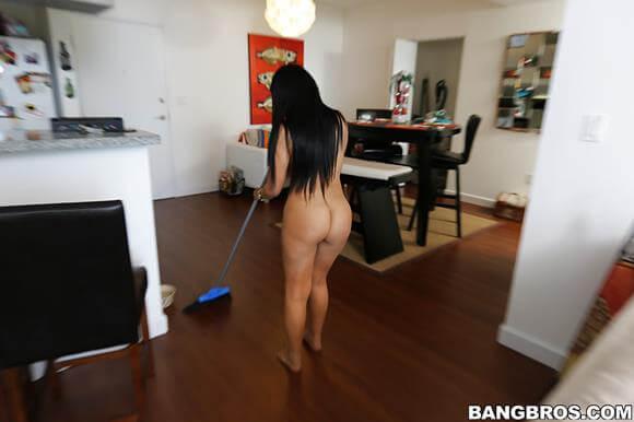mulher gostosa pelada varrendo a casa