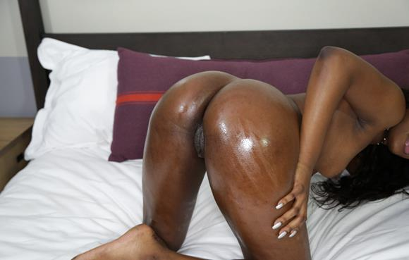 negra gostosa pelada mostrando o bucetao gostoso