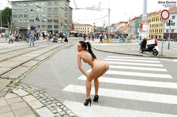 mulher nua em publico mostrando tudo