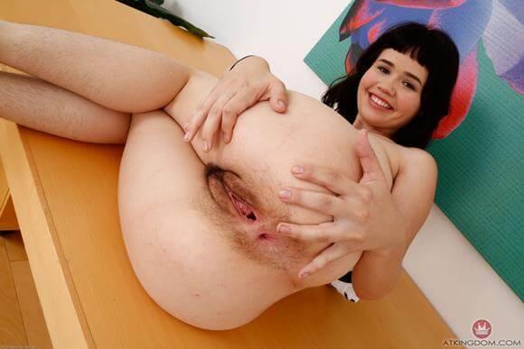 mulher pelada arreganhando a buceta peluda