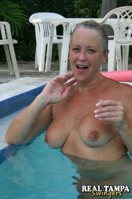 coroa loira gostosa pelada na piscina