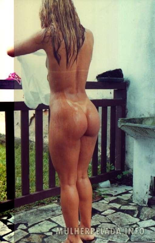 mulher pelada tomando banho no quintal