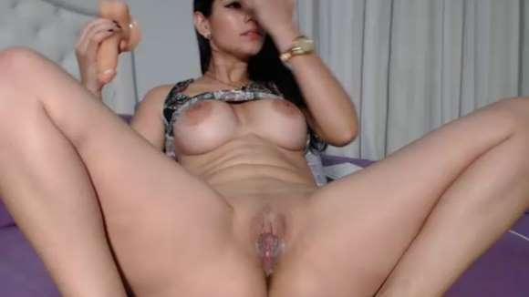 mulher se masturbando com pinto de borracha