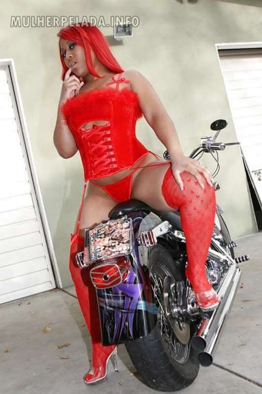 negra rabuda exibindo a bunda gostosa na moto