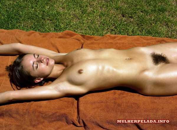 Novinha da buceta peluda pelada tomando sol
